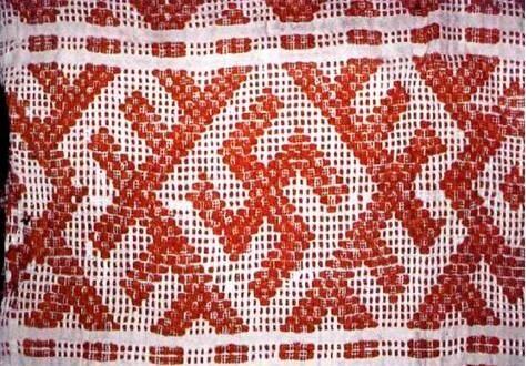 Фото: Часть подола и полотенца со свастикой.