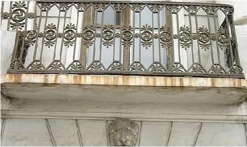 Фото: Балкон со свастиками.